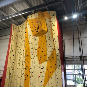 die neue Kletterwand ist fertig
